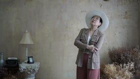 Bei supporto ed attesa senior asiatici della donna nella casa d'annata di stile archivi video