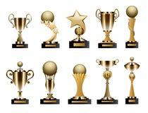 Bei tazze del trofeo e premi dorati dell'insieme realistico di forma differente Fotografia Stock