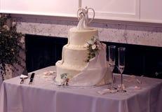 Bei torta di cerimonia nuziale e vetri Multi-Tier di Champagne Immagini Stock