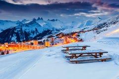 Bei tramonto e stazione sciistica nelle alpi francesi, Europa Immagine Stock
