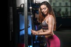 Bei treni della donna di forma fisica nella palestra Fotografie Stock