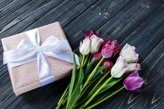 Bei tulipani viola rosa variopinti e contenitore di regalo sulla tavola di legno grigia Biglietti di S. Valentino, fondo della mo fotografie stock libere da diritti