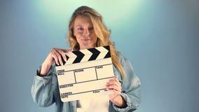 Bei valvola-bordo della tenuta della donna e macchina fotografica dai capelli lunghi esaminare, hobby stock footage