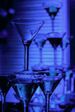 Bei vetri del champagne del vino davanti a fondo variopinto Fotografia Stock