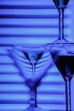 Bei vetri del champagne del vino davanti a fondo variopinto Immagini Stock