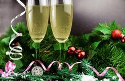Bei vetri di champagne o di vino sui precedenti immagini stock