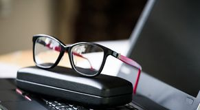 Bei vetri e computer portatile dell'occhio Fotografie Stock