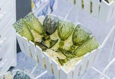 Bei vetri moderni da un vetro verde per varie bevande Fotografie Stock