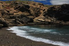 Bei vista sul mare naturale alla costa di Mar Nero e nero e immagine stock