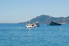 Bei yacht su un mare blu scintillante a Cannes, Francia Fotografia Stock Libera da Diritti