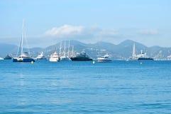 Bei yacht su un mare blu scintillante a Cannes, Francia Immagine Stock Libera da Diritti