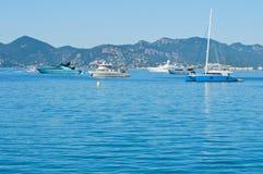 Bei yacht su un mare blu scintillante a Cannes, Francia Immagini Stock