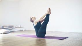 Bei Yogi in un'yoga di pratica della palestra stock footage