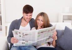 Beide lasen Artikel von der Zeitung lizenzfreies stockbild