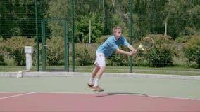 Beidhändiger Rückhandschlag von der rechten Kreuzspulmaschine des Gerichtes Starker Tennisschuß Langsame Bewegung stock video