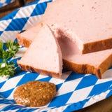 Beiers gehaktbrood met zoet senf stock foto