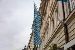 Beierse blauwe witte vlag op een de bouwvoorgevel Oktoberfest, München duitsland royalty-vrije stock foto