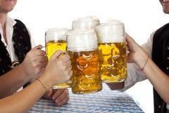 Beierse groepstoost met Oktoberfest bierstenen bierkroes Stock Afbeeldingen