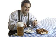 Beierse Kerel die maaltijd heeft in Oktoberfest stock afbeeldingen