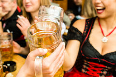 Beierse meisjes die bier drinken Royalty-vrije Stock Foto