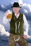 Beierse mens die een mok bier houden Stock Foto