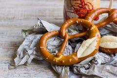 Beierse pretzel met een mok bier Royalty-vrije Stock Afbeelding