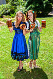 Beierse vrouwen met bier en pretzel stock foto