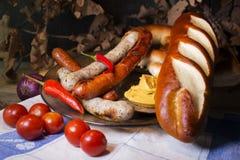 Beierse Witte en Rode Worsten met Mosterd, Beierse Broodjes en Royalty-vrije Stock Afbeelding