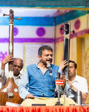Beifallswürdiger Carnatic-Musiksänger T M Krishna im Konzert Stockbilder