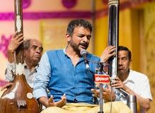 Beifallswürdiger Carnatic-Musiksänger T M Krishna im Konzert Stockbild