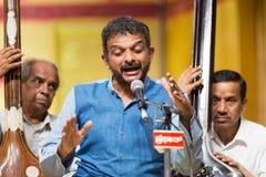 Beifallswürdiger Carnatic-Musiksänger T M Krishna im Konzert Stockfotos