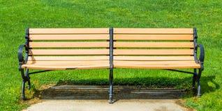 Beiga lackad dubbelt bänk utanför Royaltyfri Fotografi
