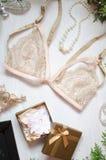 Beiga snör åt behån på bakgrunden för vit jul Modetillträde royaltyfri bild