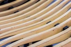 Beiga texturerad träbakgrund Abstrakt modell från diagonala linjer av träbänken eller fåtöljen, selektiv fokus Royaltyfri Bild