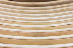 Beiga texturerad träbakgrund Abstrakt modell från horisontallinjer av träbänken eller fåtöljen, selektiv fokus Royaltyfri Foto
