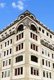 Beige Backsteinmauereckengebäudearchitektur-Büroturm Stockfotografie
