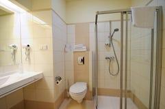 Beige badkamers Royalty-vrije Stock Afbeeldingen