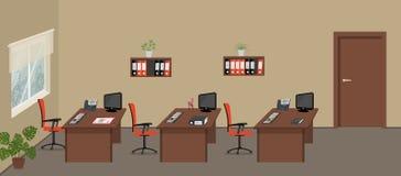 Beige bureau met bureaus, rode stoelen, computers, telefoons en andere voorwerpen vector illustratie
