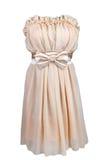 Beige coctailklänning med satängpilbågen Royaltyfri Fotografi