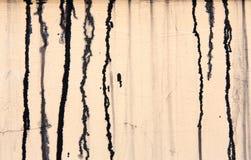 Beige concrete muur met zwarte verfdruppels, abstracte achtergrond royalty-vrije stock fotografie