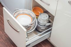 Beige d'armoires de tiroir de cuisine photos stock
