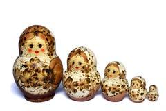 Beige fem och bruna matrioshkas Royaltyfri Foto