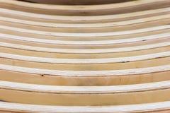 Beige geweven houten achtergrond Abstract patroon van horizontale lijnen van houten bank of leunstoel, selectieve nadruk Royalty-vrije Stock Foto