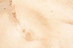 Beige gezichtspoedertextuur Close-upbeeld van groene ogenvrouw die make-up met potlood/borstel toepassen royalty-vrije stock afbeeldingen