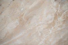 Beige härligt marmorerar bakgrund Sprickor på vit marmormarmoryttersida för gör den keramiska räknaren, vit ljus textur royaltyfri foto