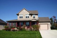 Beige Haus mit roten Pfosten. Stockfotografie
