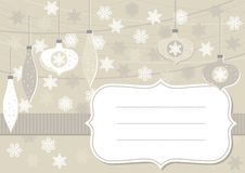 Beige horizontale Karte der Glaskugeln und der Spitzeschneeflocken mit Rahmen Stockbilder