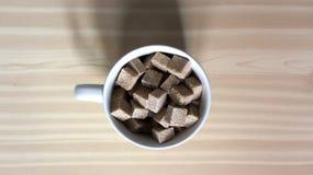 Beige keramische Schüssel voll brauner Zucker Stockbild