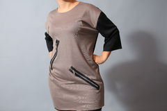 Beige klänning med blixtlås Arkivbilder