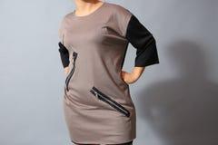 Beige Kleid mit Reißverschlüssen Stockbilder
